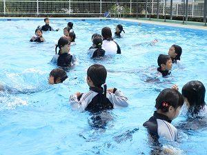 着衣泳をしました 2学年 – 双葉東小学校